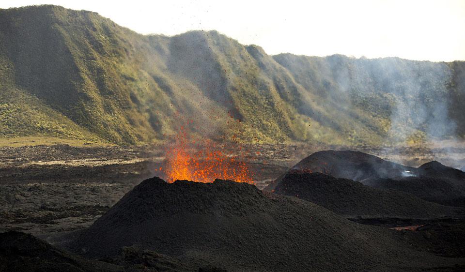 """Dung nham phun ra từ núi lửa Piton de la Fournaise """"Peak of Furnace"""", ở góc đông nam của đảo ở Ấn Độ Dương, Réunion vào ngày 01 tháng 08 năm 2015."""