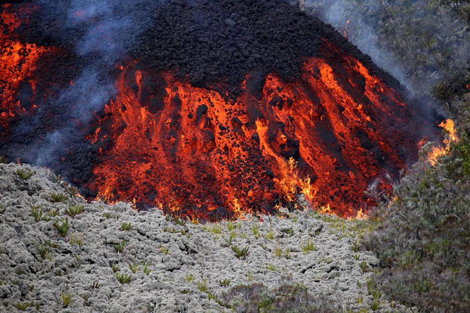 Dung nham chảy ra từ núi lửa Piton de la Fournaise ngày 31 Tháng 7 2015