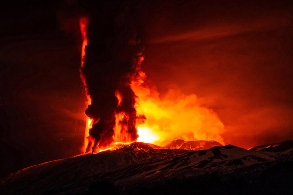 Bầu trời ban đêm như được thắp sáng lên tại Sicily khi các vụ nổ và tro bốc lên từ miệng Voragine của núi lửa Etna vảo ngày 03 tháng 12 năm 2015