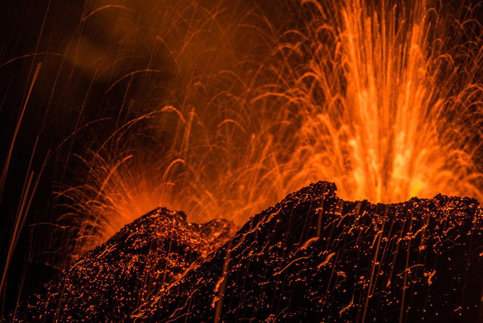 Dung nham phun ra từ núi Piton de la Fournaise, một trong những núi lửa hoạt động mạnh nhất thế giới, vào ngày 31 tháng 07 năm 2015.