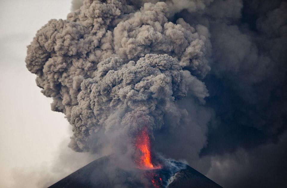 Khói bốc lên từ núi lửa Kilauea vào ban đêm trong Công Viên Núi Lửa Quốc Gia Hawai'i, Hawaii, ngày 04 tháng 11 năm 2015.