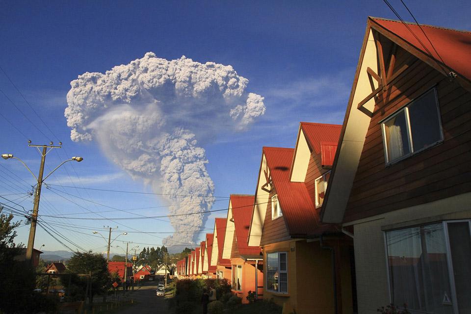 Ảnh chụp cảnh núi lửa Calbuco phun trào từ Puerto Varas, Chile, vào ngày 22 tháng 04 năm 2015.