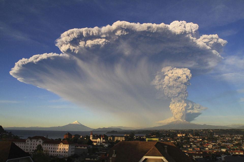 Núi lửa Calbuco phun trào gần Puerto Varas, Chile, vào ngày 22 tháng 04 năm 2015.