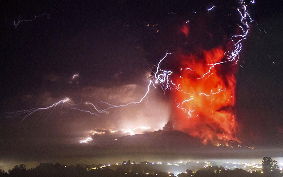 Đám sét trong cột tro núi lửa phun trào của núi lửa Calbuco gần Puerto Varas, Chile, vào ngày 23 tháng 04 năm 2015.