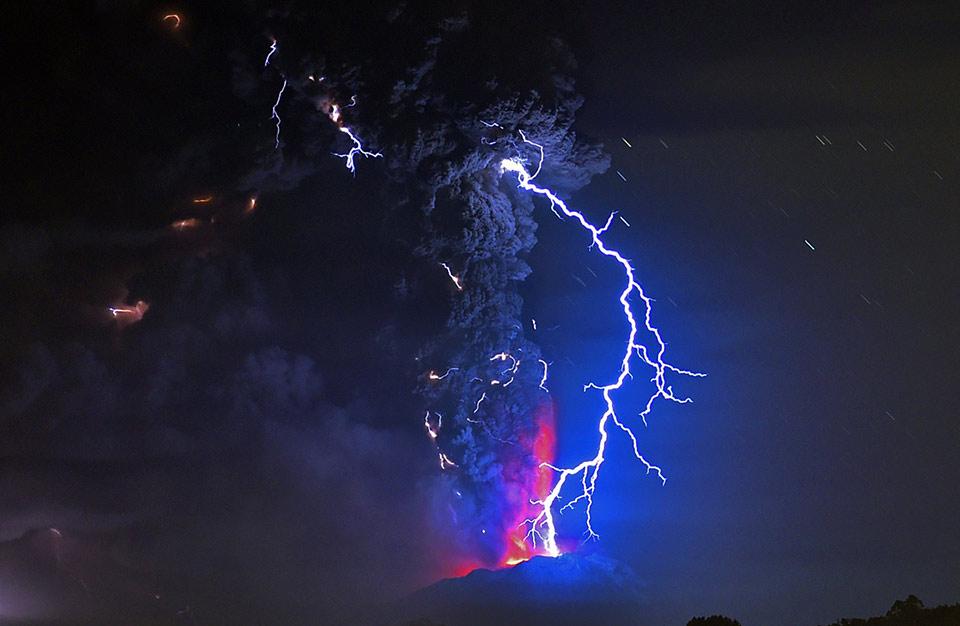 Sét núi lửa phía trên núi Calbuco đang phùn trào, ngày 23 tháng 04 năm 2015, nhìn từ Frutillar, Chile.