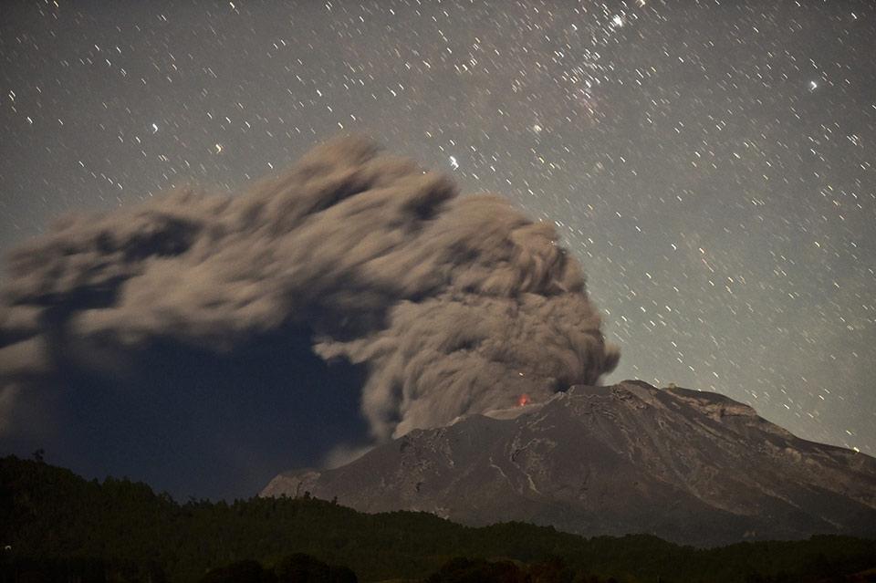 Núi lửa Calbuco vào ban đêm, Puerto Varas, Chile, ngày 24 tháng 04 năm 2015.