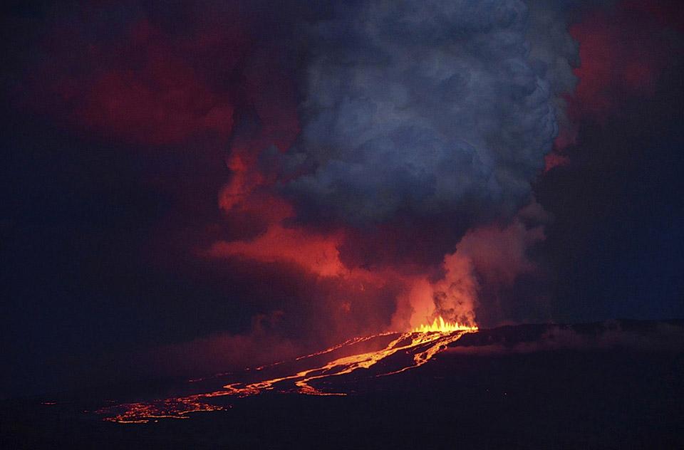 Núi lửa Wolf phun khói và nham thạch trên đảo Isabela, ngày 25 tháng 05 năm 2015