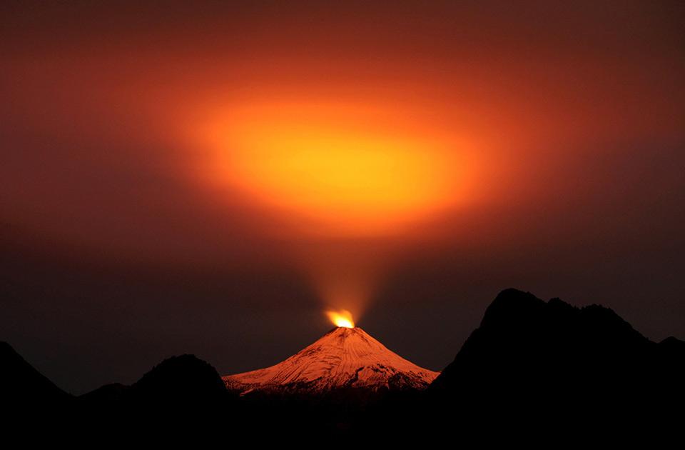 Núi lửa Villarrica nhìn vào ban đêm ở Pucón, Chile, ngày 10 tháng 05 năm 2015.
