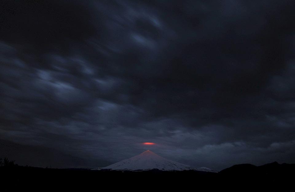 Bầu trời u ám che phủ núi lửa Villarria , Pucon, Chile, ngày 25 tháng 07 năm 2015