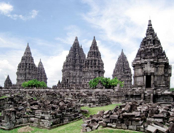 Prambanan là một quần thể đền thờ thần Hindu ở Trung Java, cách thành phố Yogyakarta khoảng 18 km về hướng đông.