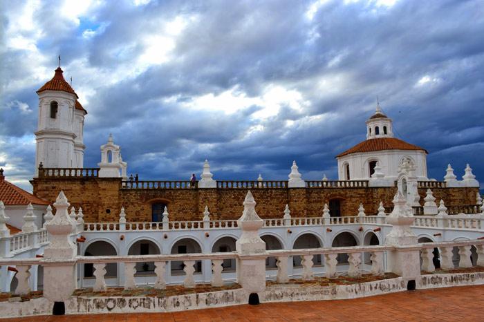 Các công trình kiến trúc trong trung tâm lịch sử thành phố Sucre đều được sơn màu trắng với mái ngói bằng đất sét đỏ tạo thành một quần thể cảnh quan kiến trúc chung rất hài hòa, đẹp mắt..