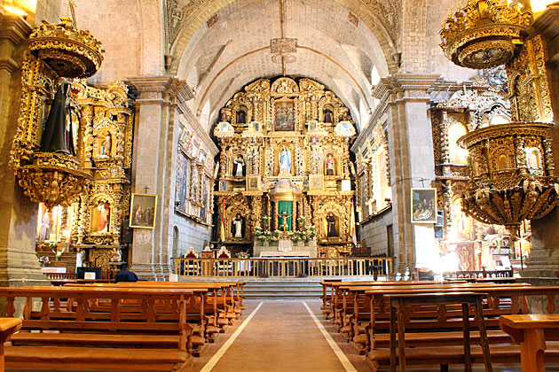 Nhà thờ được xây dựng và hoàn thiện trong suốt 250 năm, với kiến trúc độc đáo được kết hợp giữa phong cách Phục Hưng với phong cách Baroque.