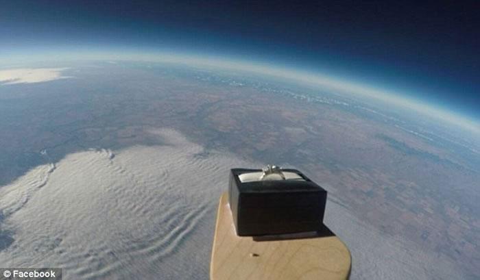 Chiếc nhẫn cầu hôn được đưa lên độ cao 30km phía trên mặt đất.