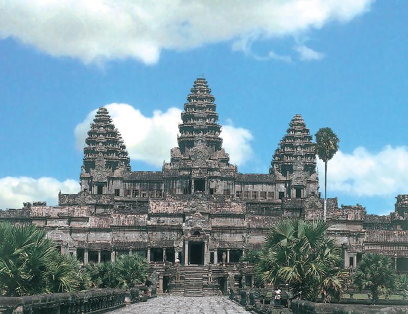 Quần thể Angkor bao gồm các ngôi đền nổi tiếng là Angkor Wat và Angkor Thom, đền Bayon với vô số đồ trang trí điêu khắc của nó.