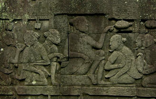 Kiến trúc Khmer phát triển phần lớn từ của tiểu lục địa Ấn Độ, từ cái gốc đó nó nhanh chóng trở nên khác biệt rõ ràng với những đặc điểm riêng biệt khi kết hợp với văn hóa các nước