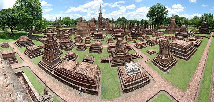 Một thành tựu chính yếu của Vua Ramkhamhaeng là việc sửa lại các loại mẫu tự Khmer thành hệ thống thích hợp để viết các từ của Thái.