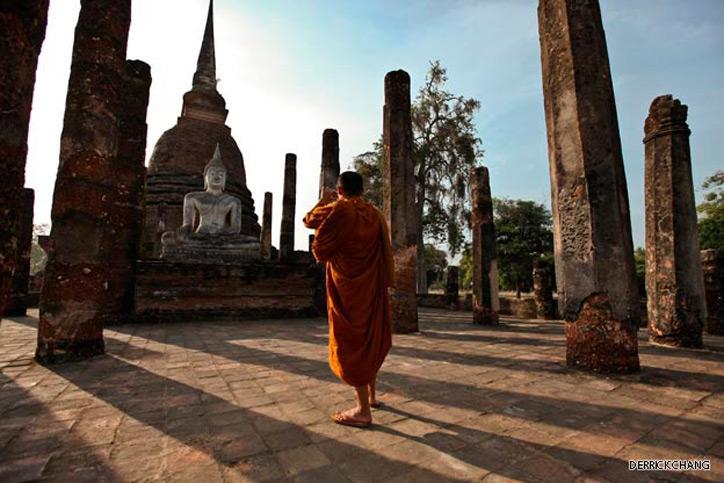 Hiện nay thành phố cổ Sukhothai đã bị tàn phá nhiều, những gì còn của thành phố vĩ đại ngày xưa vẫn còn được bảo tồn gồm các tàn tích cung điện hoàng gia, đền chùa thờ Phật, cổng, tường, hào, đập chứa nước, mương nước, ao hồ của thành phố.