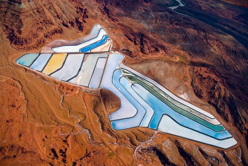 Nhiếp ảnh gia Alexander Heilner đã ghi lại được bức ảnh từ trên máy bay khi đang ngang qua khu vực mỏ Intrepid Potash, gần Moab, Utah.