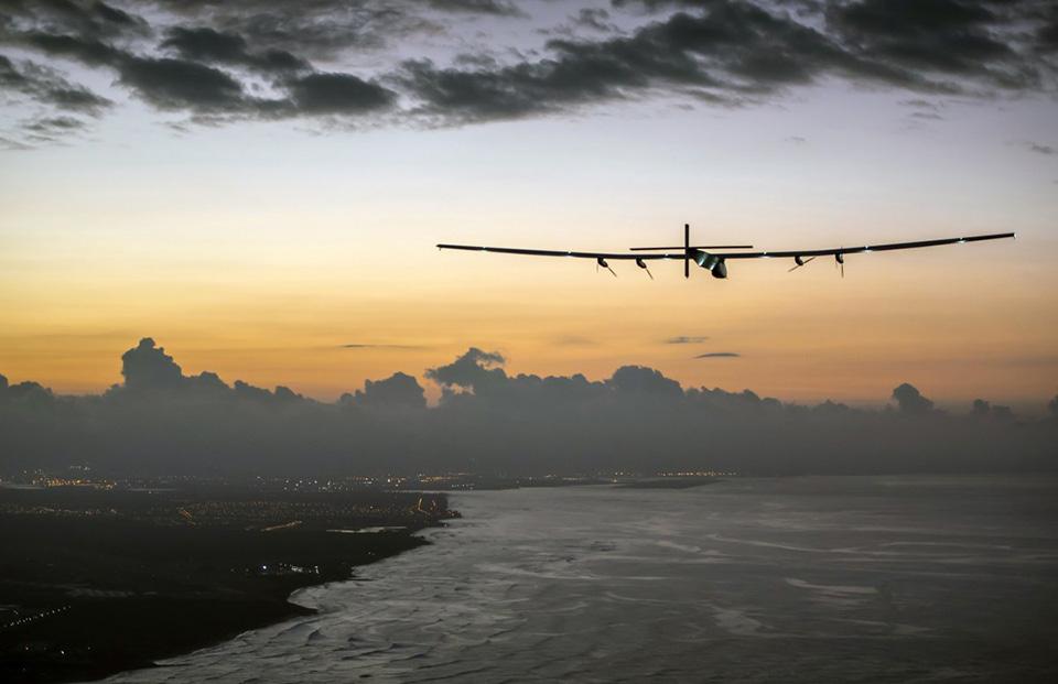Hồi tháng 7, phi công người Thụy Sĩ Andre Borschberg đã thực hiện chuyến bay kéo dài 5 ngày liên tục qua 5000 dặm (hơn 8050 km) trên chiếc máy bay Solar Impulse 2 hoạt động hoàn toàn bằng năng lượng Mặt Trời.