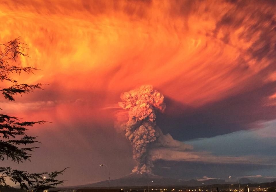 Sau 43 năm ngủ yên, núi lửa Calbuco tại Chile đã bùng nổ và hoạt động trở lại.