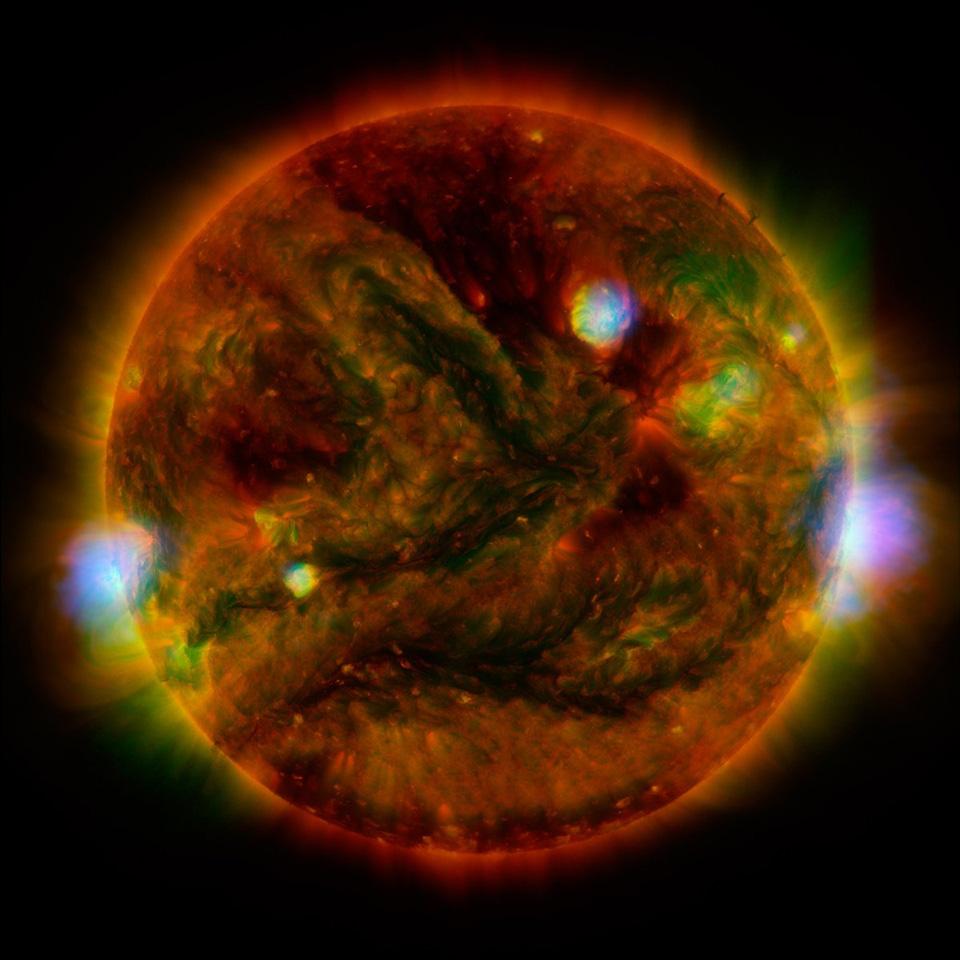 NASA và Nhật Bản hợp tác, kết hợp kính thiên văn và tàu vũ trụ của họ để chụp một bức ảnh tuyệt vời của Mặt Trời với các đốm sáng rực rỡ, các vùng hoạt động dữ dội trên bề mặt.
