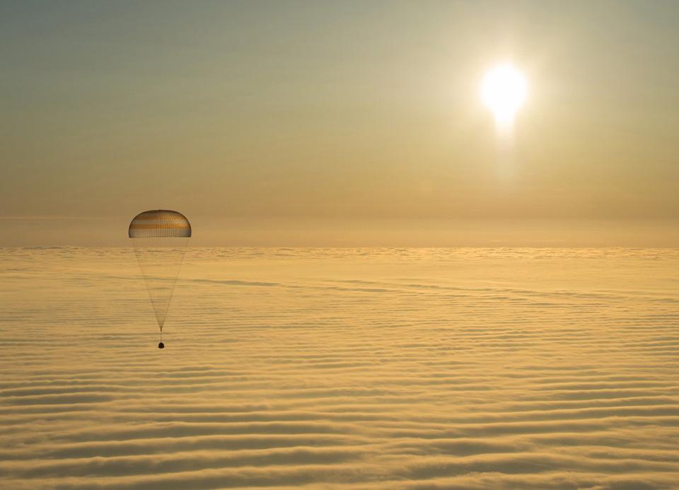 Các phi hành gia Barry Wilmore (NASA) và Alexander Samokutyaev và Elena Serova (Nga) đang ngồi trong mô đun con nhộng, trên đường từ trạm không gian quốc tế ISS về Trái Đất.