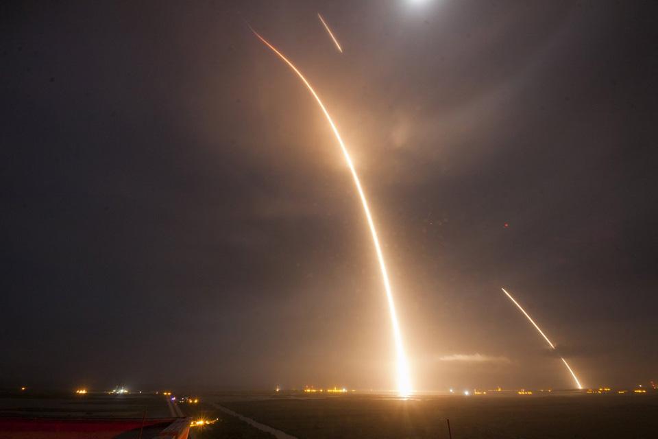 Qua nhiều lần thất bại, cuối cùng thì công ty hàng không vũ trụ SpaceX của Elon Musk đã phóng thành công tên lửa đẩy Falcon 9, mang vệ tinh lên quỹ đạo và sau đó hạ cánh nhẹ nhàng trở lại mặt đất.