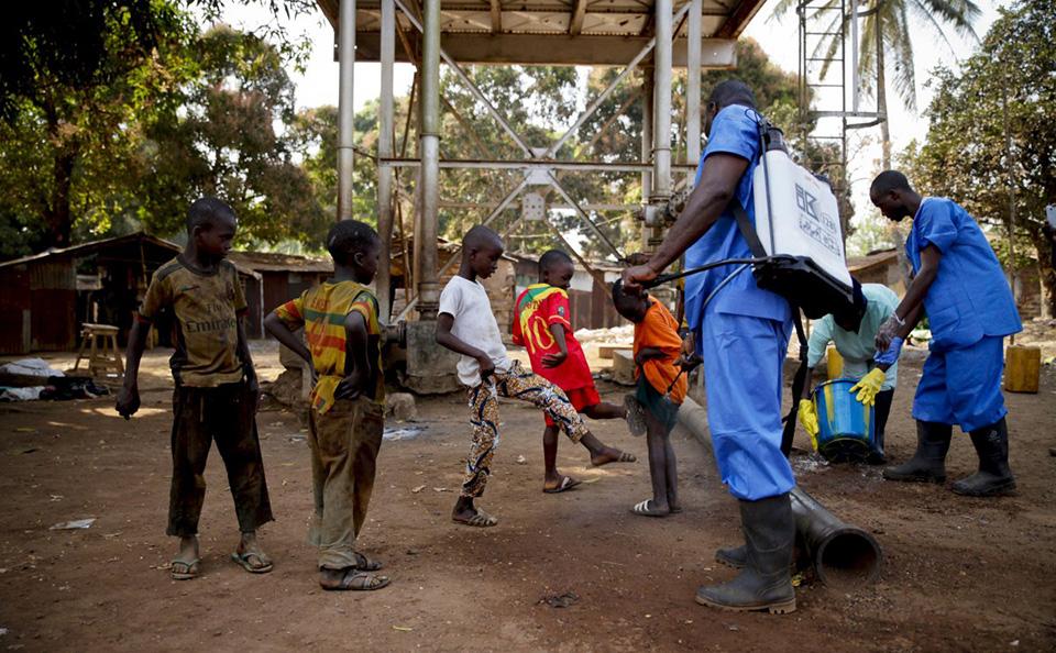 Các tổ chức y tế cuối cùng đã kiểm soát được đại dịch Ebola bùng phát dữ dội tại châu Phi. Dù vậy, đã có 28.000 người bị nhiễm và 11.000 đã qua đời vì căn bệnh này. Việc đưa ra thuốc điều trị đặc hiệu vẫn còn thử nghiệm.