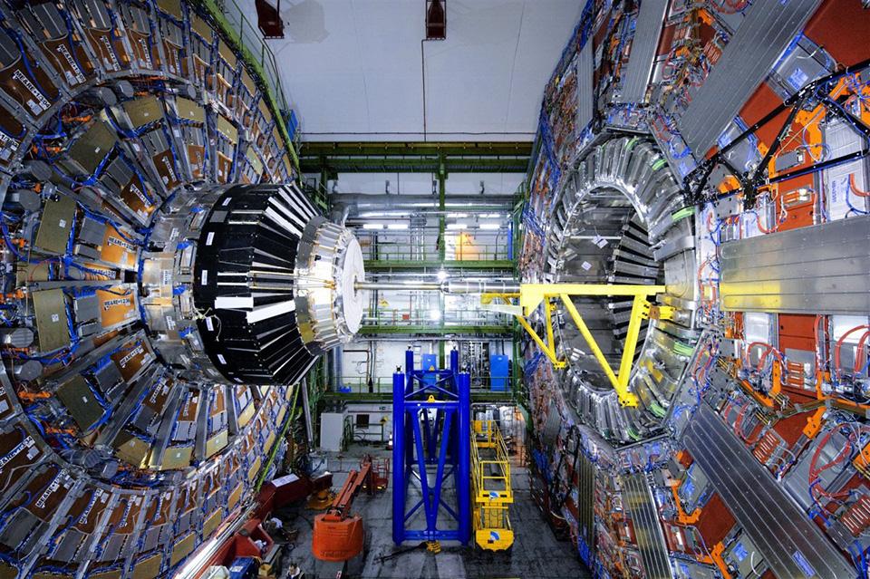 Máy gia tốc hạt lớn mạnh mẽ nhất thế giới Large Hadron Collider (LHC) đã chính thức hoạt động trở lại sau 2 năm tạm ngừng để nâng cấp.