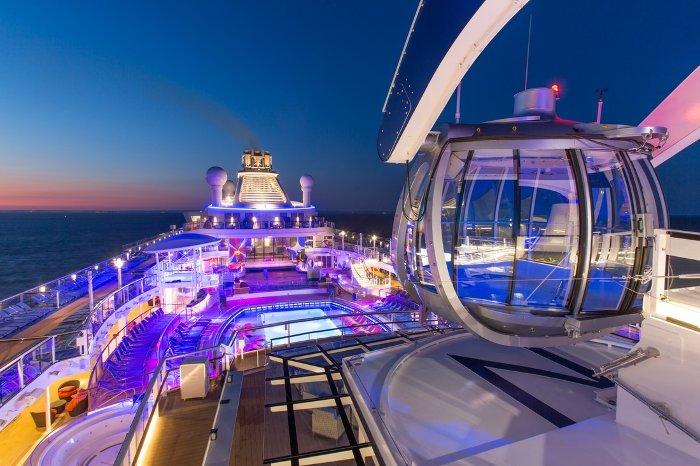 Du thuyền có sức chứa lên đến gần 4.200 hành khách, mang lại cho họ những trải nghiệm không thể ngoạn mục hơn như nhảy dù, trượt patin...