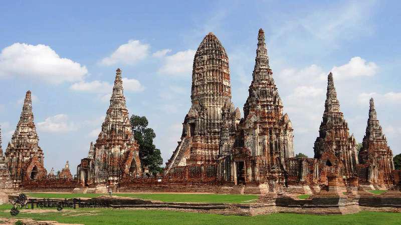 Vẻ huy hoàng của thành phố cổ được phản chiếu qua nhiều công trình kiến trúc và tàn tích nguy nga lộng lẫy, phần lớn các kiến trúc này được xây bằng gạch đỏ trần, nằm khắp nơi trên một vùng đất được bao quanh bởi ba dòng sông Chao Praya, Mae Nam Lop Buri và Pa Sak.