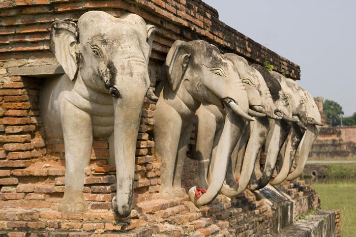Quân đội Burma khi xâm lược thủ đô đã ra lệnh đốt cháy và phá hủy nhiều công trình kiến trúc hoành tráng và lộng lẫy của vương triều Ayutthaya.