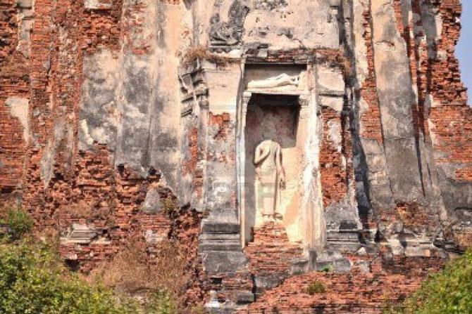 Nhiều công trình có giá trị tại thành phố cổ đã bị hư hỏng, đổ nát....