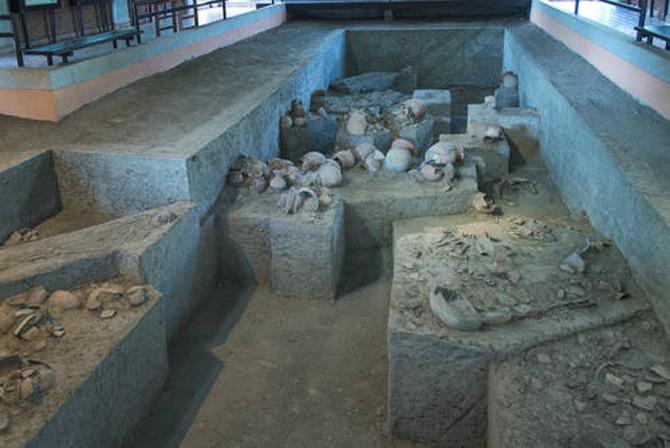Các nhà khảo cổ đã tìm ra nhiều bộ xương và các hiện vật chôn cùng bằng đồng.