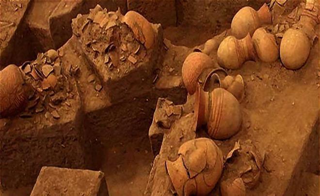 Nhiều ngôi mộ cũng đã được phát hiện trong lần khai quật năm 1967 trong đó có những ngôi mộ cổ xưa có niên đại trước thời kỳ đồ đồng, thuộc nền văn hóa neolithic – nền văn hóa cuối thời ký đồ sắt.
