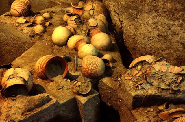 Trong cuộc tìm kiếm này có nhiều hiện vật được tìm thấy, đặc biệt trong số đó có rất nhiều đồ trang sức như vòng tay, nhẫn, vòng chân...và những dụng cụ việc săn bắt, hái lượm như lưỡi rìu, mũi giáo, móc, lưỡi dao, các chuôn nhỏ và dây roi...