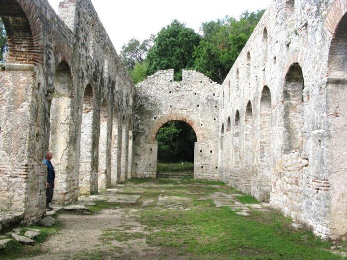 Trong thế kỷ thứ 3 sau công nguyên, Butrint đã phải hứng chịu 1 trận động đất lớn.