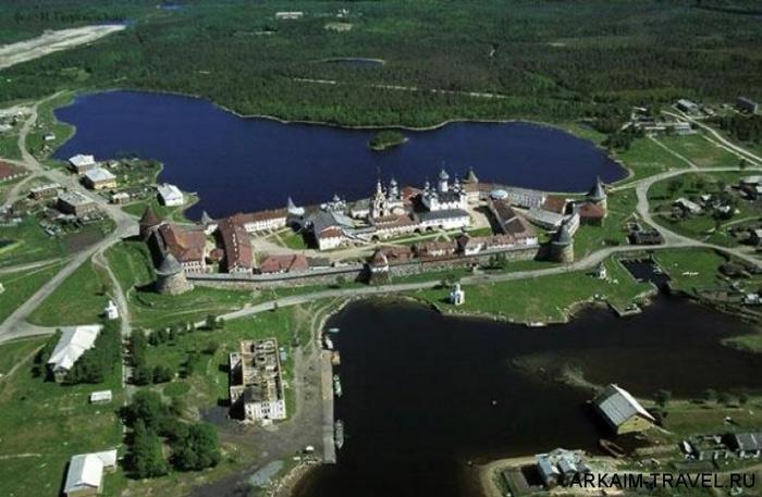Trong khoảng thời gian từ năm 1582 đến năm 1594, một pháo đài bằng đá đã được xây dựng và Solovetsky trở thành trung tâm kinh tế, tôn giáo, quân sự và văn hóa của cả khu vực