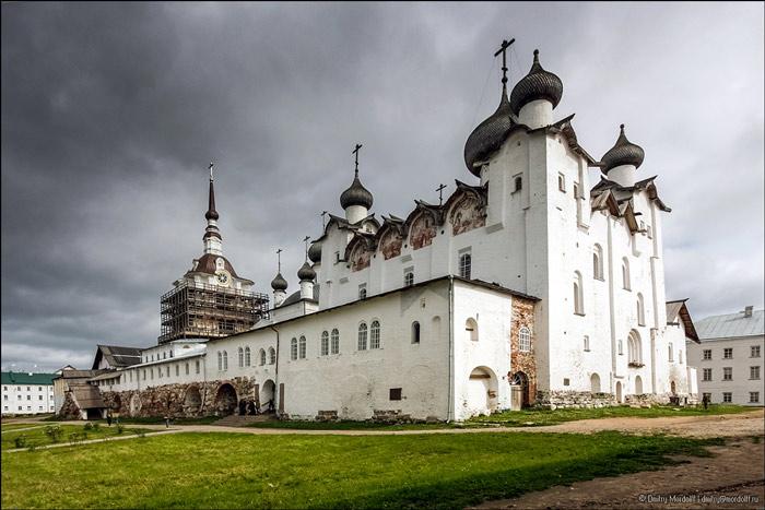 Năm 1668 – 1676 các tu viện trên đảo phát triển mạnh mẽ hơn, nhiều tu việna bằng gỗ đã được xây dựng lại bằng đá cho thêm phần vững chắc.