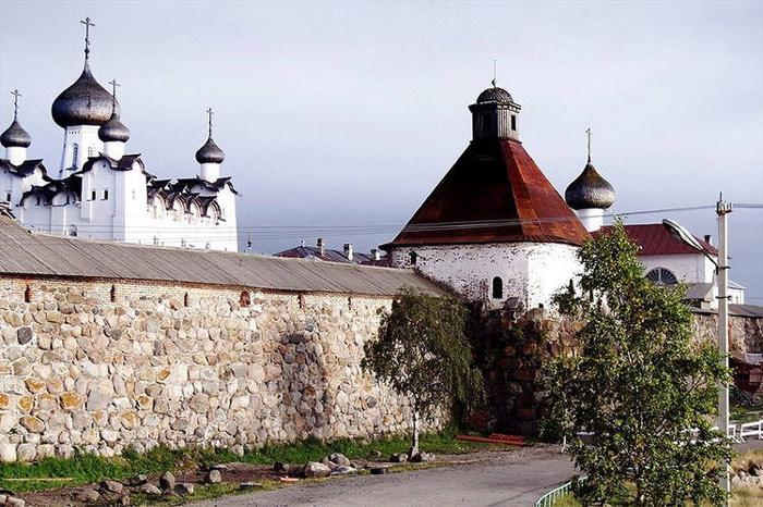 Trên đảo cho đến nay vẫn còn rất nhiều các công trình văn hóa, lịch sử còn được lưu giữ và bảo quản trong tình trạng tốt.