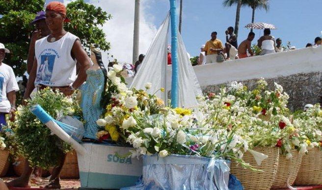 Người dân Brazil có truyền thống ném cành hoa trắng xuống những con sóng bạc đầu để cúng tế nữ thần biển Yemanja.