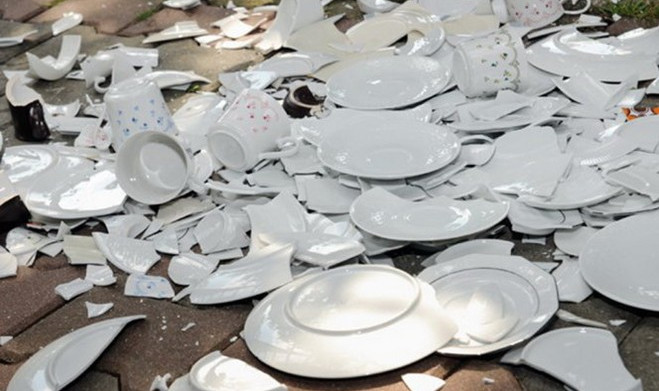Đập bể đĩa cũ trước năm mới.