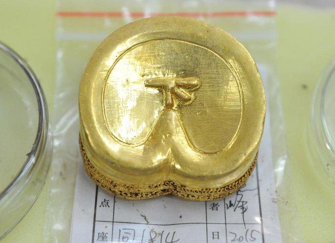 """Thỏi vàng có chữ """"Hạ""""."""