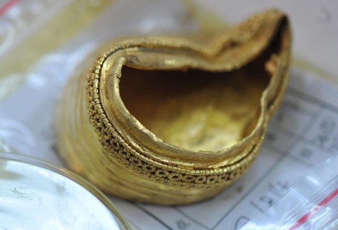 Bên dưới thỏi vàng hình móng ngựa được chạm trổ hoa văn tinh xỏa.