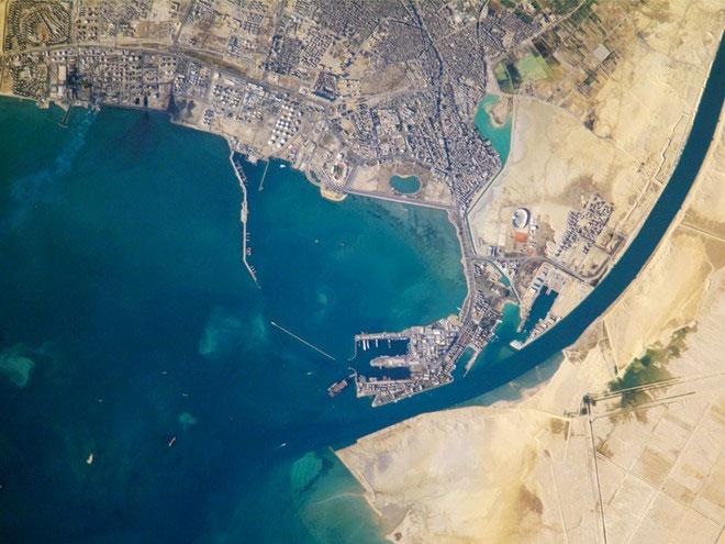 Sau khi chinh phục Ai Cập vào năm 1798, Napoleon Bonaparte đã cử một đội nghiên cứu độ khả thi của việc cắt ngang dải đất Isthmus of Suez và xây kênh đào nối từ Biển Đỏ sang Địa Trung Hải. T