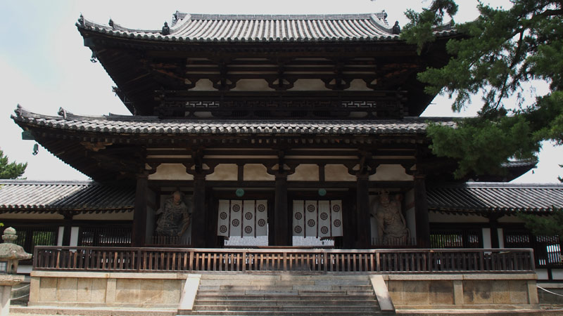 Chùa được xây dựng chủ yếu bằng gỗ, cho đến nay gỗ khu vực chính điện, cổng trong và một phần của hành lang bao quanh chùa là những loại gỗ lâu đời nhất trên thế giới, có niên đại khoảng cuối thế kỷ thứ 7 đầu thế kỷ thứ 8.
