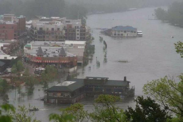 Ngập lụt tại nhiều tuyến đường ở Missouri.