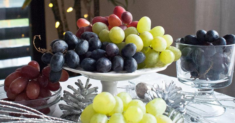 Người Tây Ban Nha ăn 12 quả nho khi đồng hồ điểm 12 tiếng theo nhịp chuông.