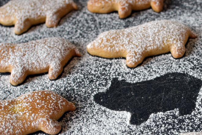 Người Áo trang trí bàn ăn bằng bánh hạnh nhân hình những chú lợn tí hon.
