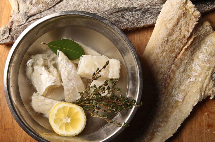 Người Đan Mạch ăn cá tuyết hấp, trong khi ở Italy, món cá tuyết muối phơi khô được các gia đình làm suốt từ Giáng sinh tới năm mới. Đức và Ba Lan lại có món cá trích muối để có được may mắn.